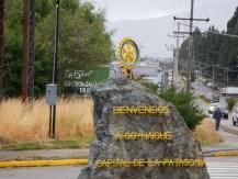 Nápis vítající návštěvníky přijíždějící do Coyhaique po silnici Carretera Austral.