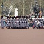 Střídání stráží před královským palácem Buckingham v Londýně