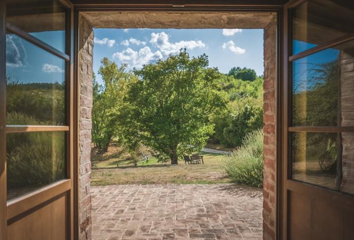 Cesta z města, okno s výhledem do sadu
