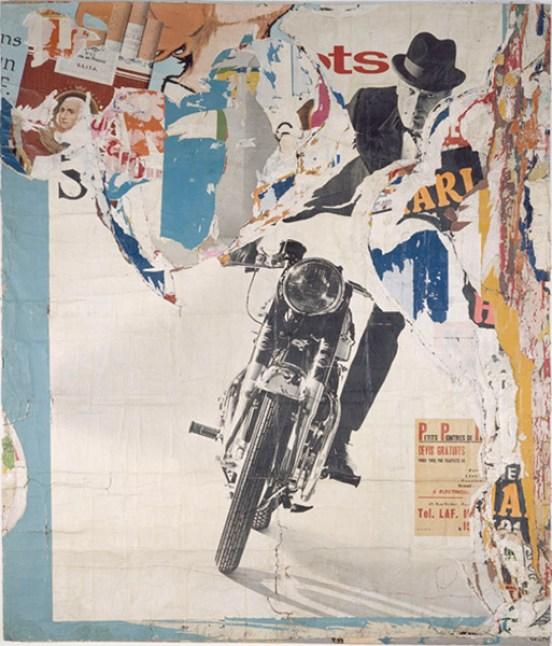 """Jacques Villeglé, """"La Moto"""" - avenue Ledru-Rollin 19 mars 1965, 1965Plakatabriss auf Leinwand, 320 x 270 cmMusée d'Art Moderne de la Ville de Paris© 2014 ProLitteris, Zürich; Musée d'Art Moderne / Foto: Roger-Viollet"""