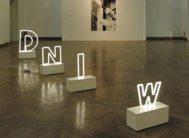 "Peter Weibel, ""Wind"", 1975, 4 Neonröhren, 4 Metallbasen, Elektrik, Maße variabel, Sammlung Neue Galerie Graz, Foto: Universalmuseum Joanneum/N. Lackner"