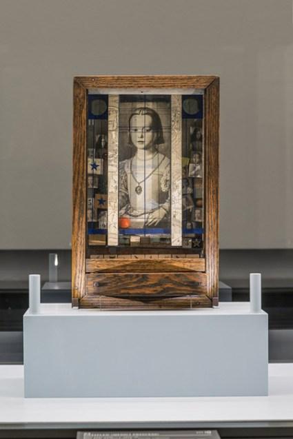 Joseph Cornell Untitled (Medici Princess) Um 1948 Holzkasten, 44,8 x 28,3 x 11,1 cm Privatsammlung, New York Photo courtesy Private collection, New York © The Joseph and Robert Cornell Memorial Foundation / Bildrecht, Wien, 2015