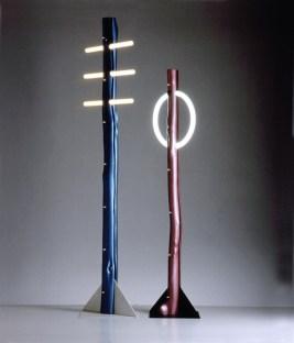 Kunstflug (Heiko Bartels, Harald Hullmann) Baumleuchten I. und II. (Leuchten), 1980 Naturholzstämme, kunststoffbeschichtet, Stahlfuß lamiert, Leuchtstoffröhren bzw. Glühfadenstablampe | trunks of natural wood, coated in plastic, laminated steel foot, neon strips or incandescent strip lamp, Höhe | height: 1,80 und 2,20 m Foto | photo: Uli Klaas