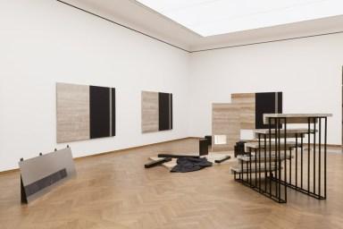 MATHIAS PÖSCHL o. t. (abandoned stage set for a black mass), 2016, Ausstellungsansicht Poetiken des Materials. Leopold Museum, Wien | Vienna, Foto | Photo: Lisa Rastl
