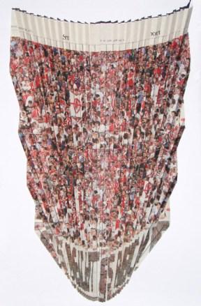 Gabriela Volanti, ORT, 2012, Zeitungspapier, gefaltet und vernäht, gerahmt, 53 x 38 cm