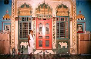 HS Maharaja in front of mandir