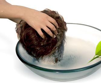 Spalarea perucilor si extensiilor din par natural