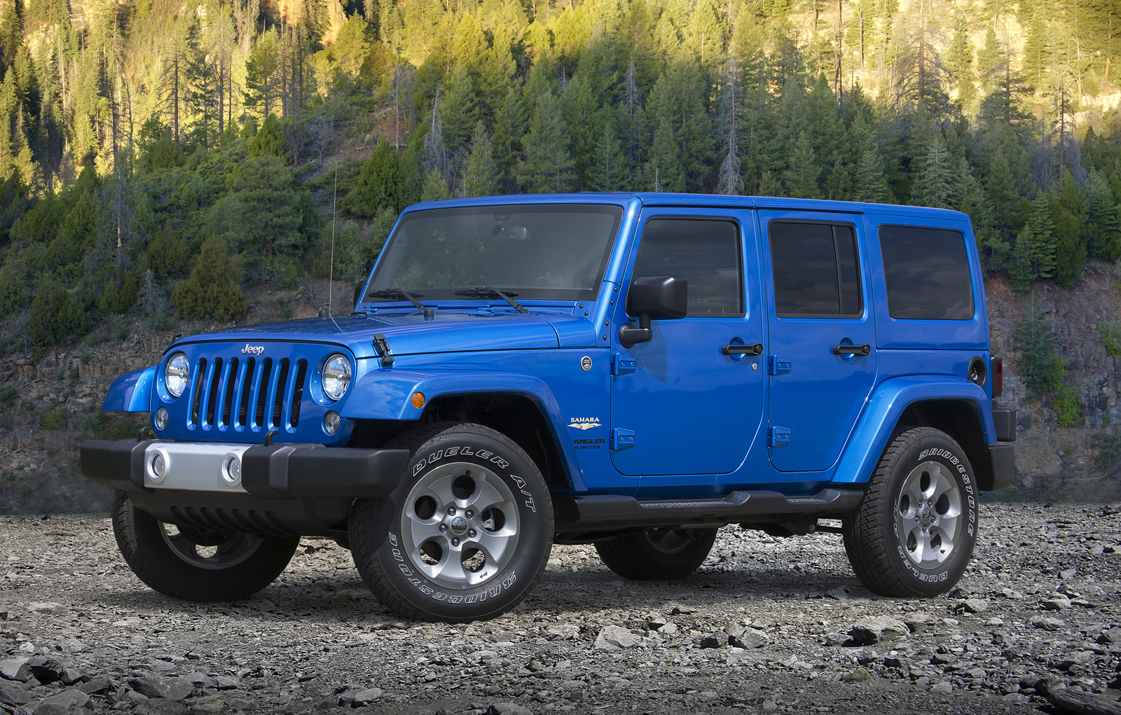 The Efficient Powertrain Configuration Should Also Mean Fuel Economy  Figures Hovering Around A Glorious 30 Mpg. 2015 Jeep® Wrangler Unlimited  Sahara