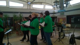 Het geluid vult de Ridderhof als we vol energie beginnen te zingen.