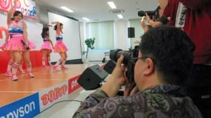 "Hakata's ""Take-san"", photographing the idol group Tsuri Bit in Kitakyushu."