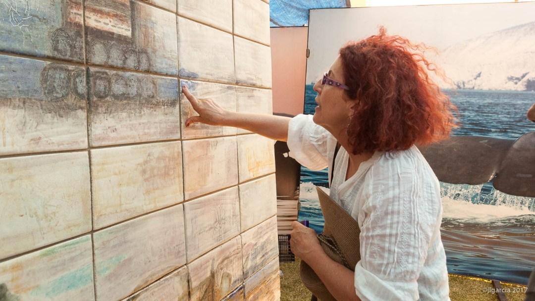 Estela revisando la instalación del mural