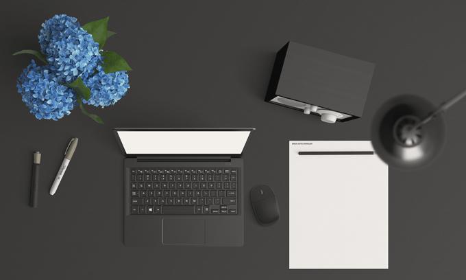 Dator samt papper och penna