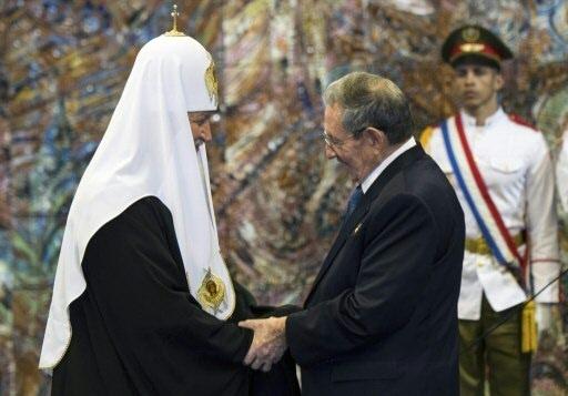 O presidente cubano, Raúl Castro, e o patriarca da Igreja Ortodoxa Russa, Kirill, cumprimentam-se. Foto: AFP/Pool