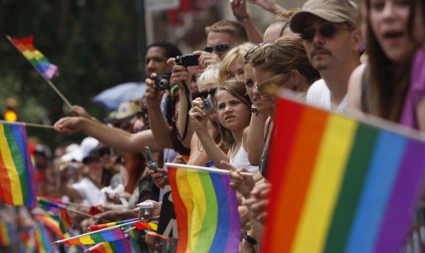 Manifestantes expõem bandeiras LGBT durante evento nos EUA. (Foto: Reuters)