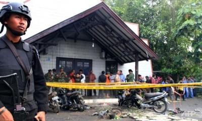 Crianças estavam jogando na área de estacionamento da igreja, na ilha de Bornéu, quando um homem atirou bombas de sua moto. (Foto: AFP)