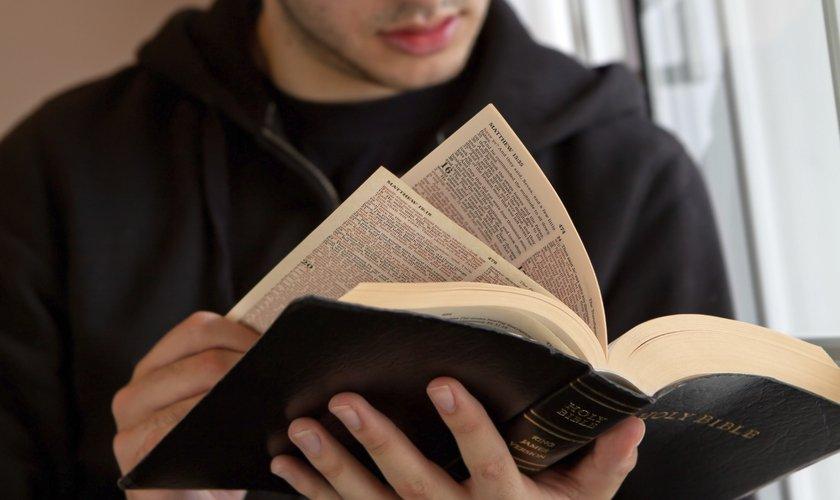 Ao ler a Bíblia, as palavras de Jesus não saíram da cabeça de Adam. (Foto: iStock)