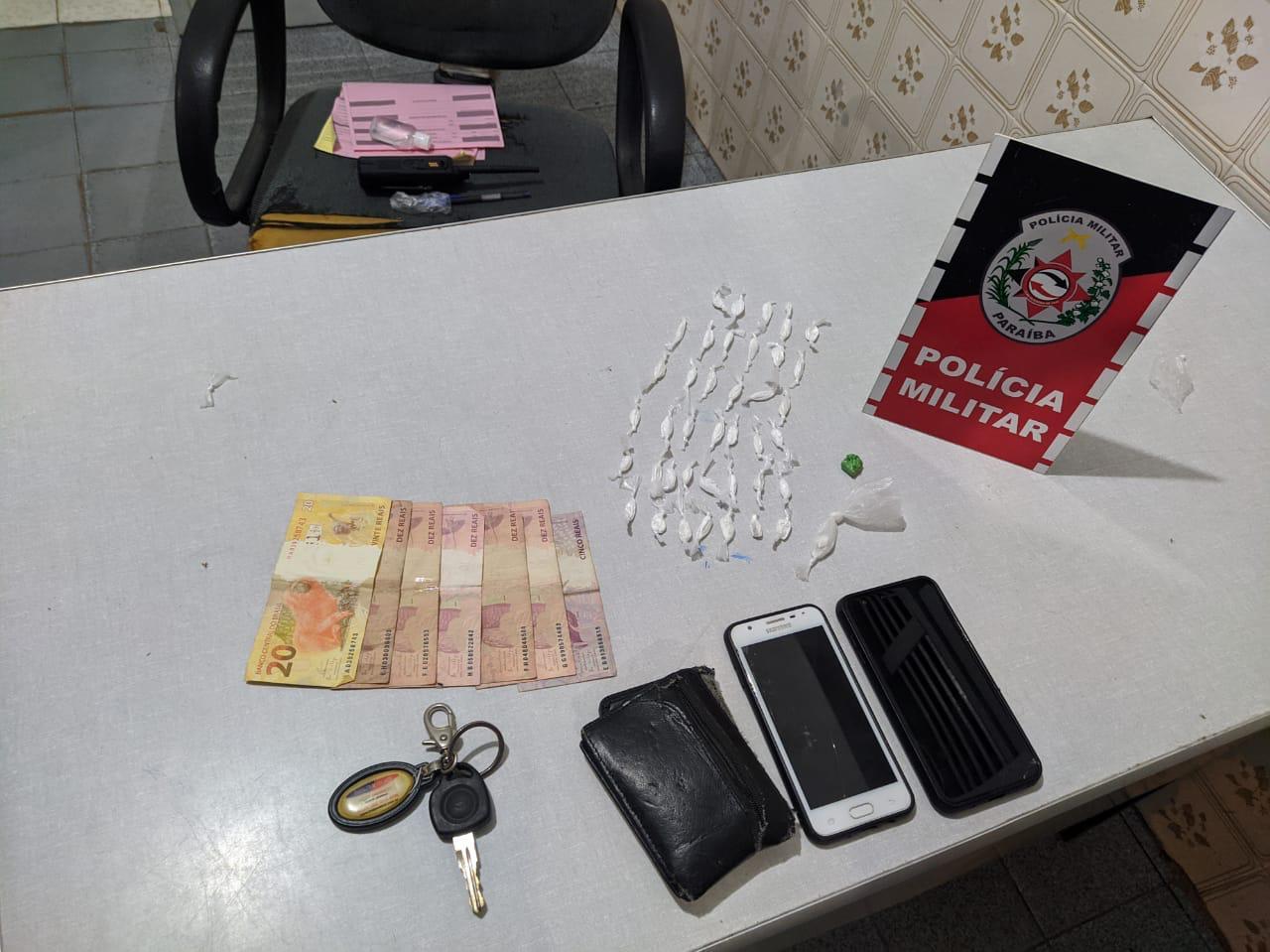 POLÍCIA MILITAR APREENDE ENTORPECENTES E PRENDE HOMENS EM SÃO DOMINGOS