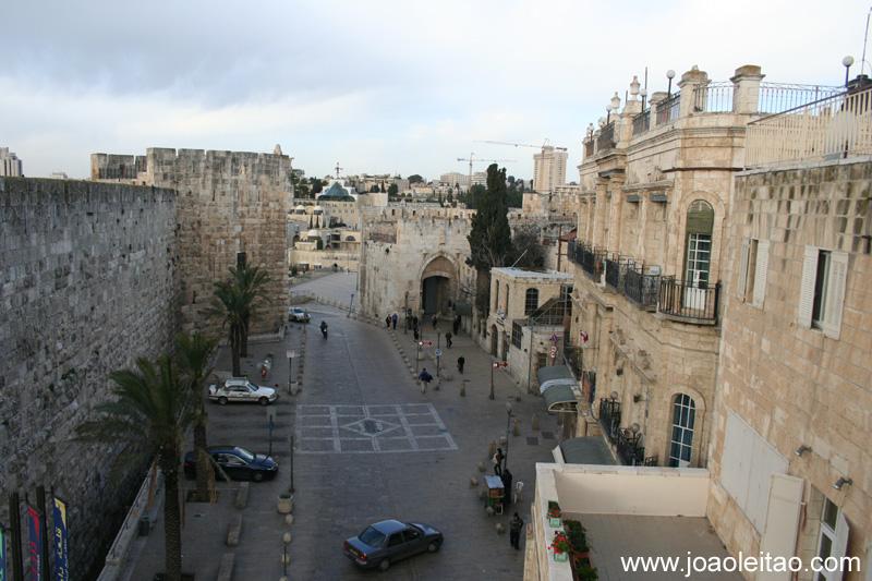 A entrada principal da Cidade Velha e o Portão de Jaffa, que foi construído por Suleiman em 1538