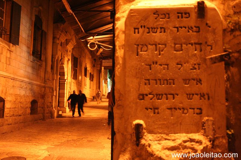 Placa escrita em hebreu dentro da Cidade Velha de Jerusalem a noite