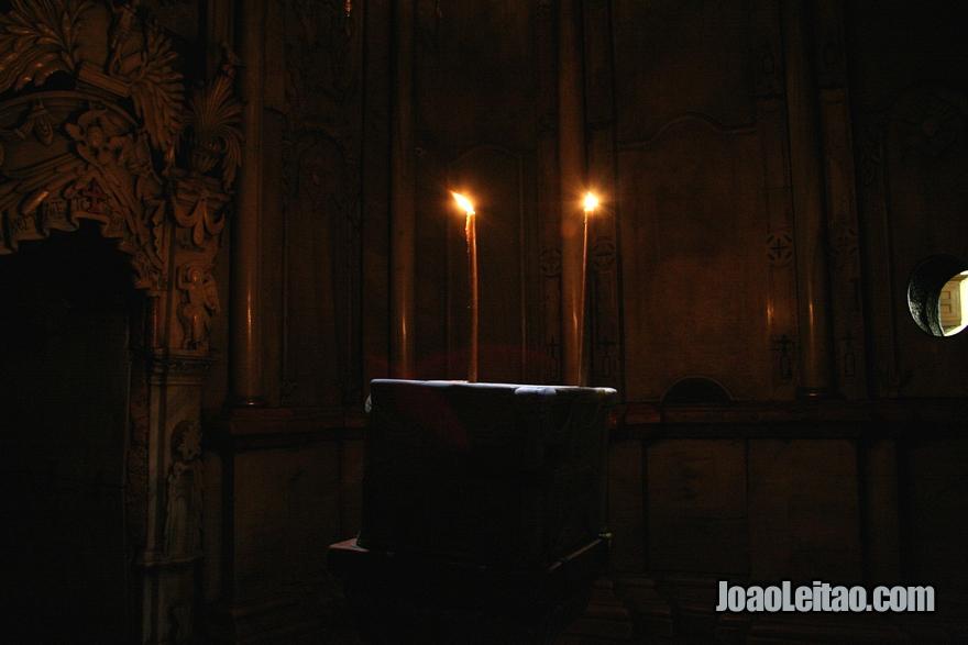 Dentro da Edícula tem dois quartos, o primeiro com a Pedra do Anjo, que acredita-se ser um fragmento da pedra grande que selou o túmulo