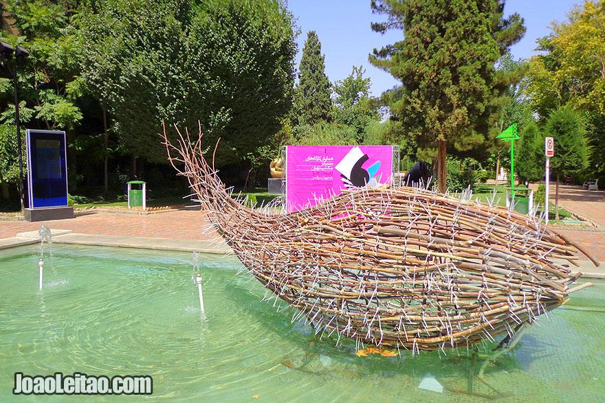 Jardins com esculturas modernas no Irão
