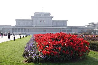 Mausoléu dos líderes Kim Il-Sung e Kim Jong-il em Pyongyang