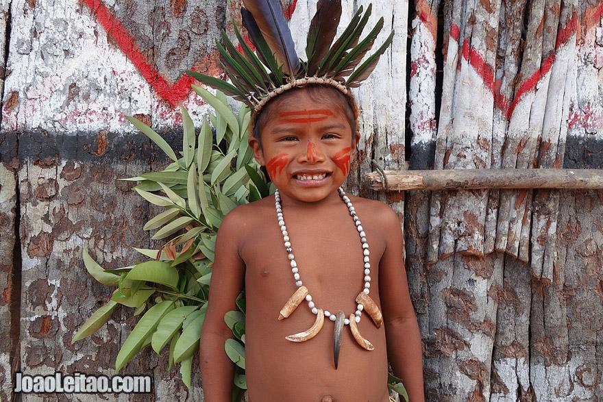 Menino indigena da etnia Tatuyo