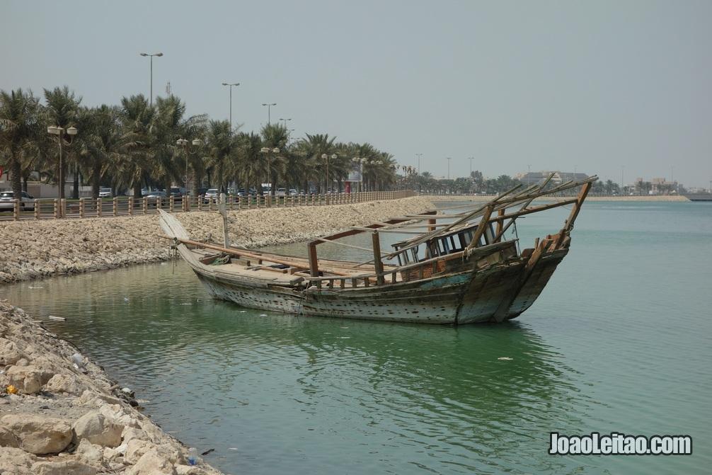Barco à espera para ser desmantelado no Bahrein
