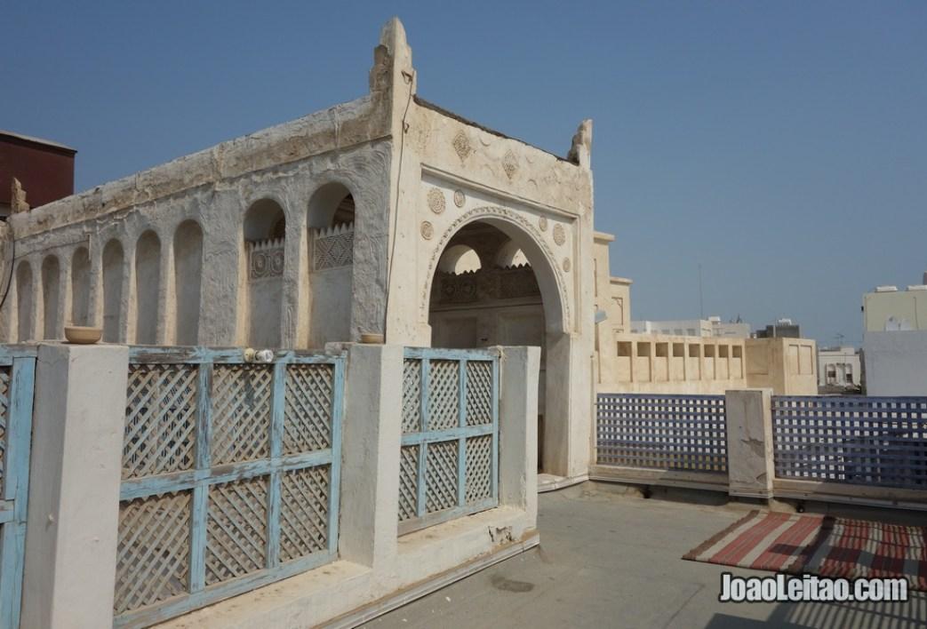 Terraço de uma casa particular no bairro histórico da ilha de Murharraq no Barém