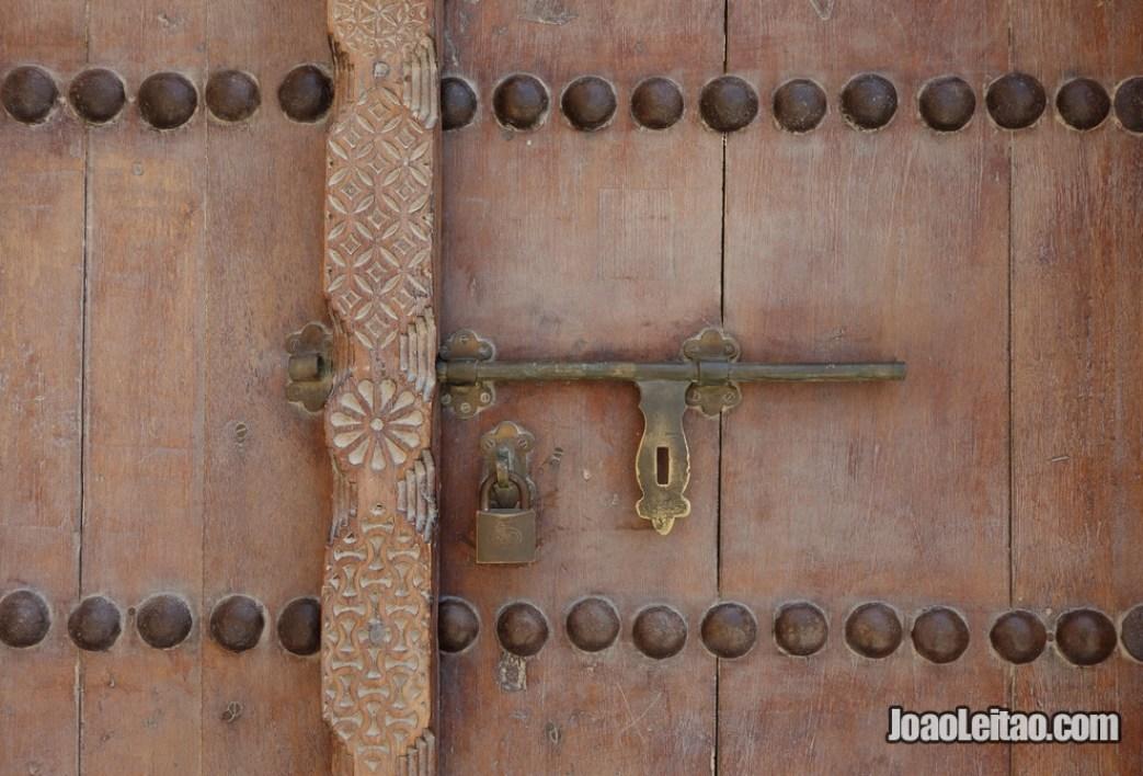 Porta de madeira no Forte de Riffa no Bahrein