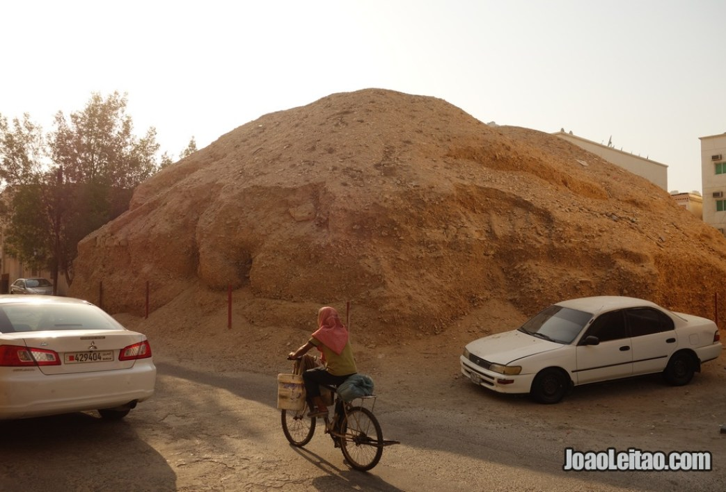 Mamoa ou tumulus milenar nas ruas da aldeia de A'ali