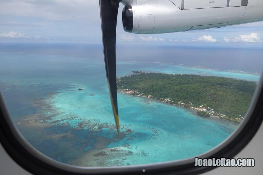Vista da janela do avião na viagem Fiji até Samoa