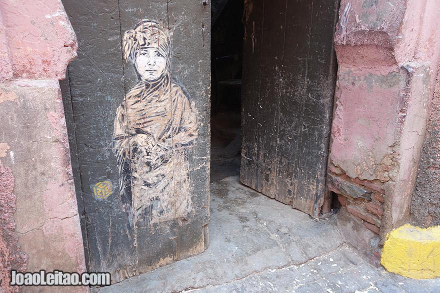 Pintura em porta dentro da Medina de Marraquexe
