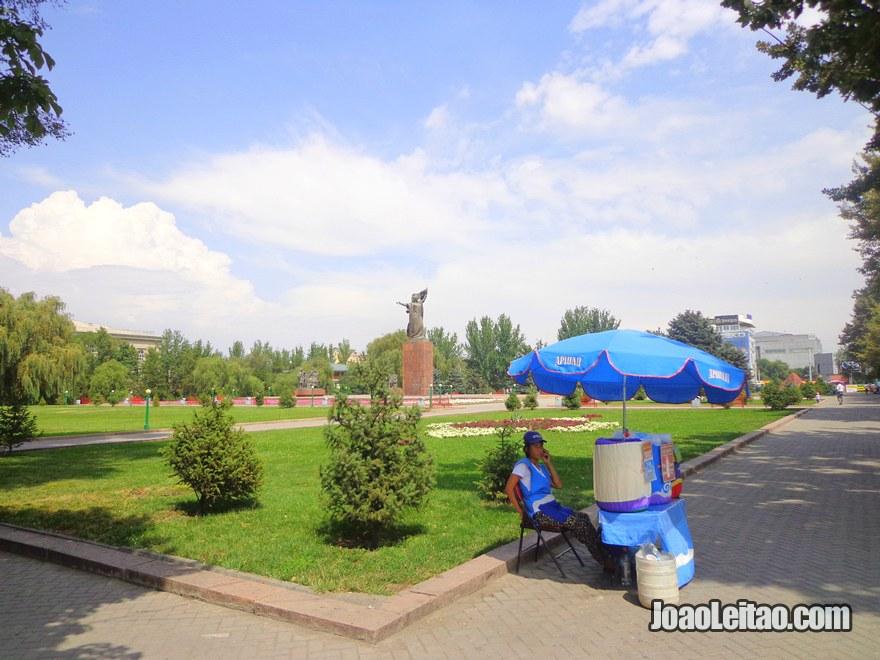 Jardim no centro de Bishkek