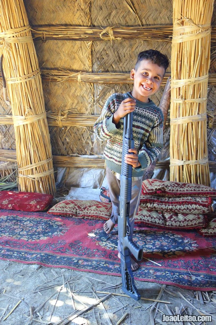 Criança iraquiana com espingarda