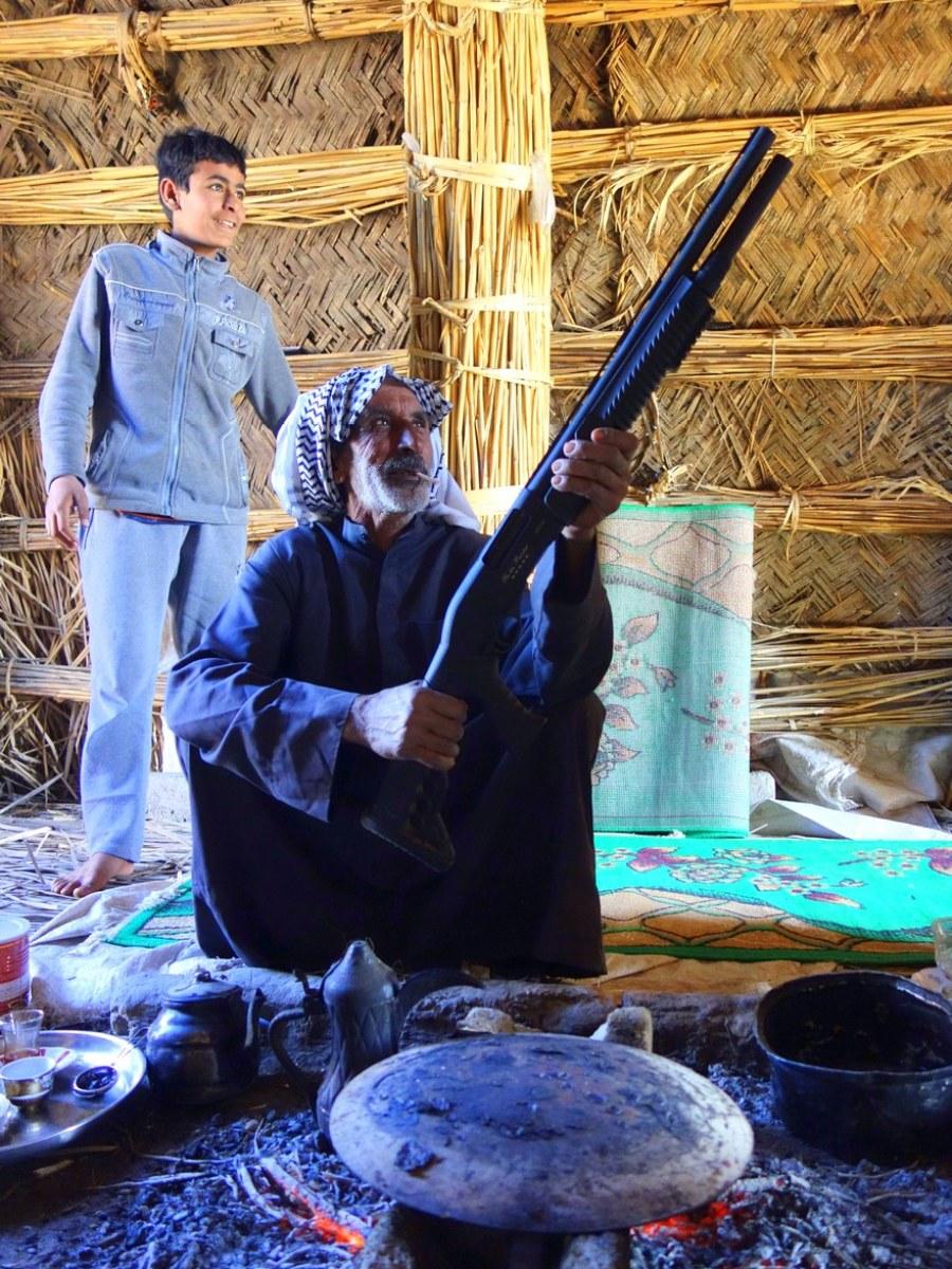 Pai e filho das tribos dos Árabes dos pântanos iraquianos