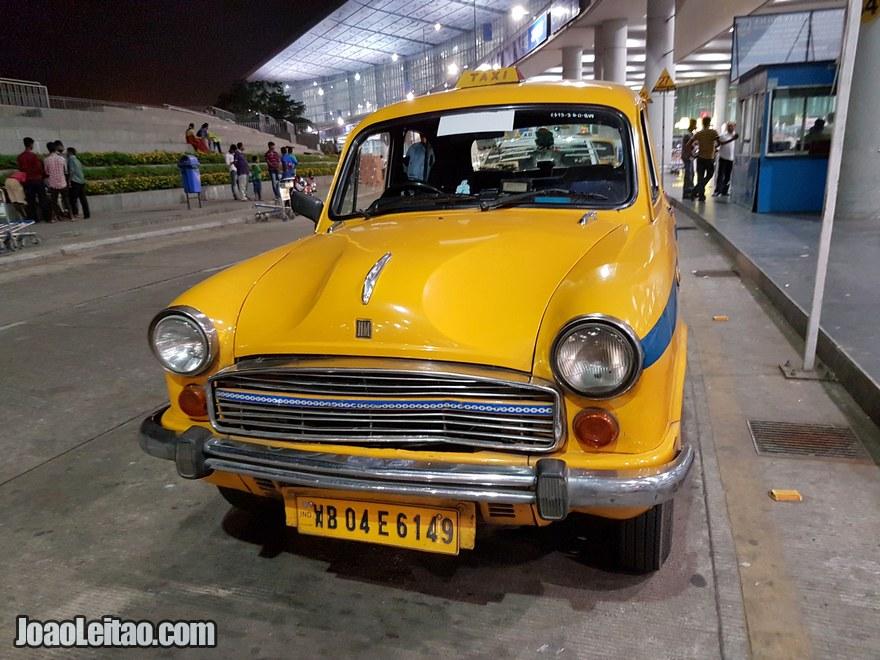 O meu táxi amarelo no aeroporto de Calcutá