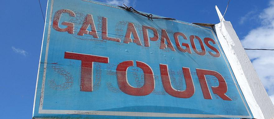 Placar a publicitar passeios nas Galápagos, em Puerto Ayora