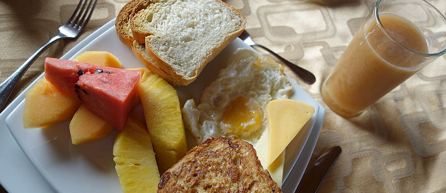 Pequeno Almoço café da manhã no cruzeiro nas Galápagos Estrella del Mar