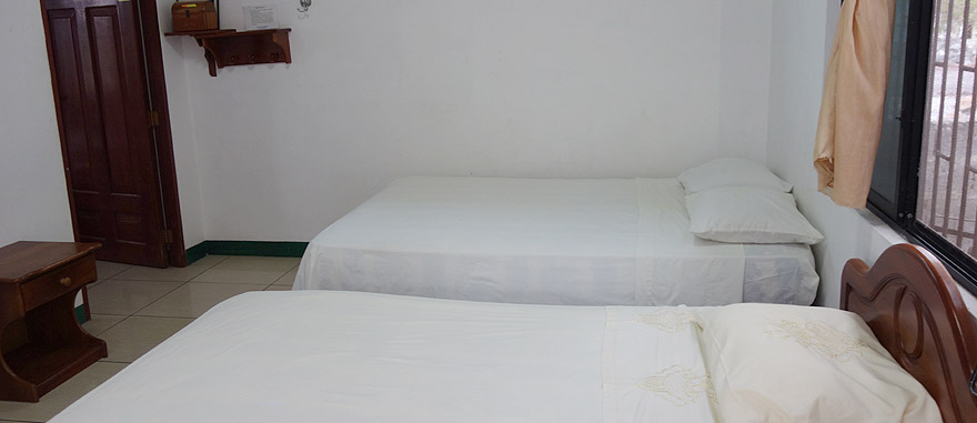 Hostel barato na Ilha Isabela - $20 USD quarto duplo com TV, cozinha e casa de banho