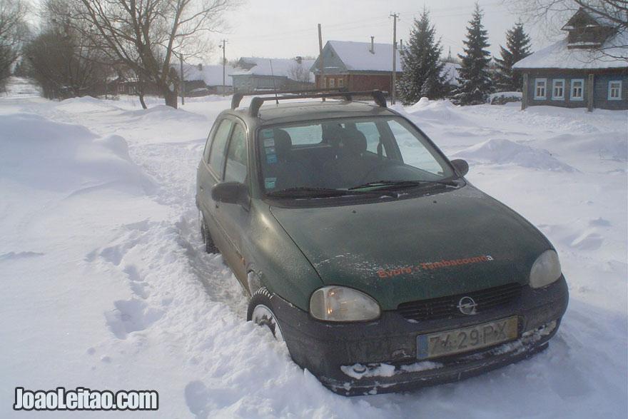 O meu carro atolado à beira da estrada