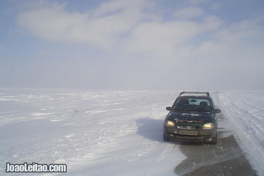Conduzindo em estradas desertas e cobertas de neve