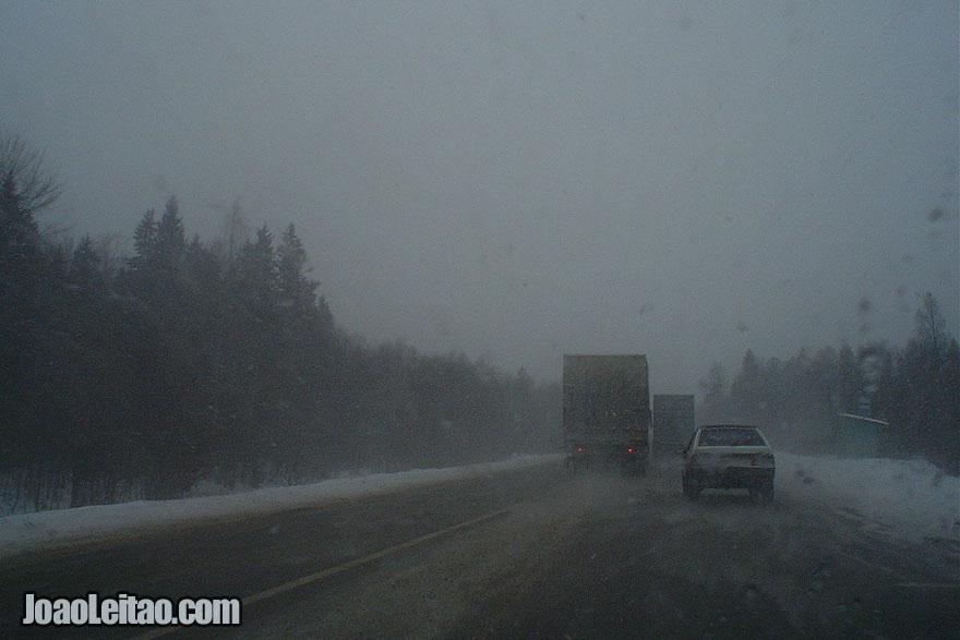 Camiões a rolarem a 120 km por hora na estrada para Moscovo durante um nevão