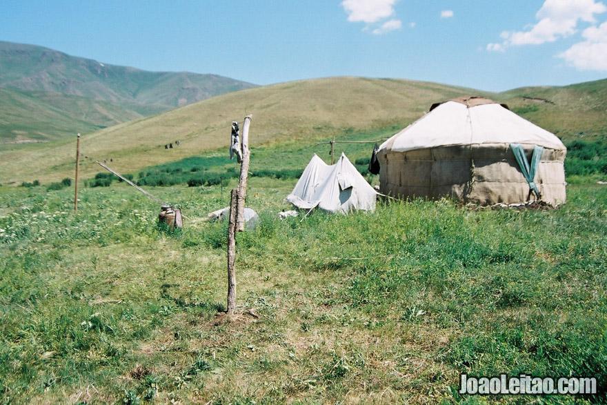 Tenda yurt nómada no Cazaquistão