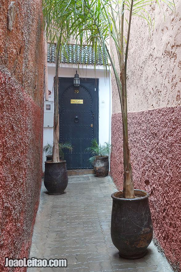 Porta do Riad Dar Zaman na Medina de Marraquexe