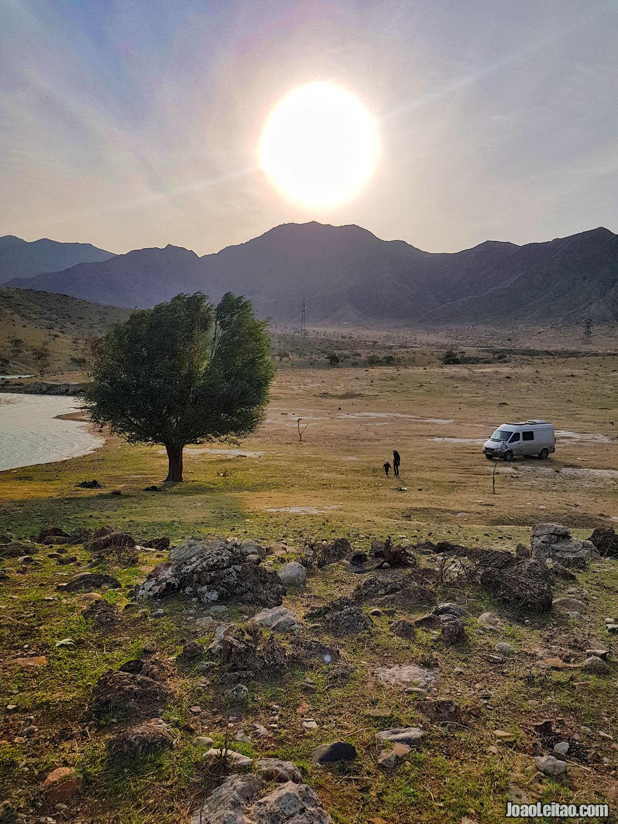 Vida em modo van life junto ao rio Naryn