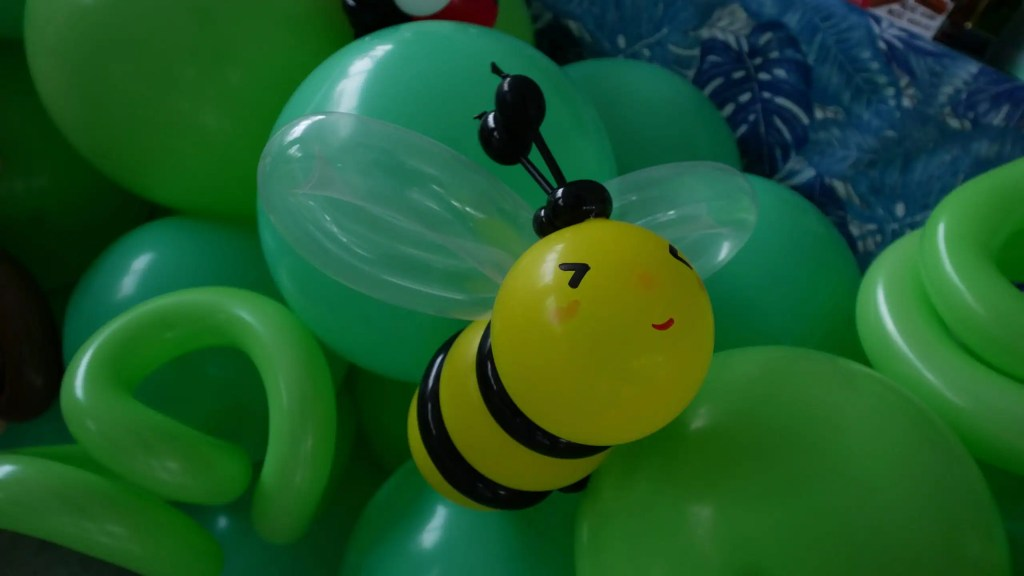 Balloon bee Sculpture