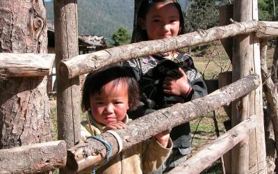 Bhutan, kinderen tijdens de trekking tussen Paro en Thimpu