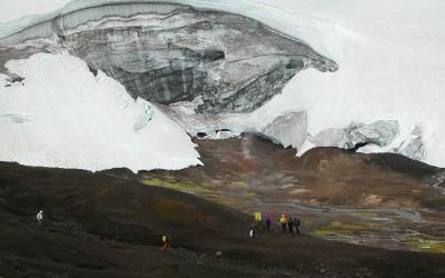IJsland, ijsgrot in de buurt van Hrafntinnusker (ingestort)