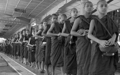 Myanmar, etenstijd in het Kha Khat Wain klooster in Bago